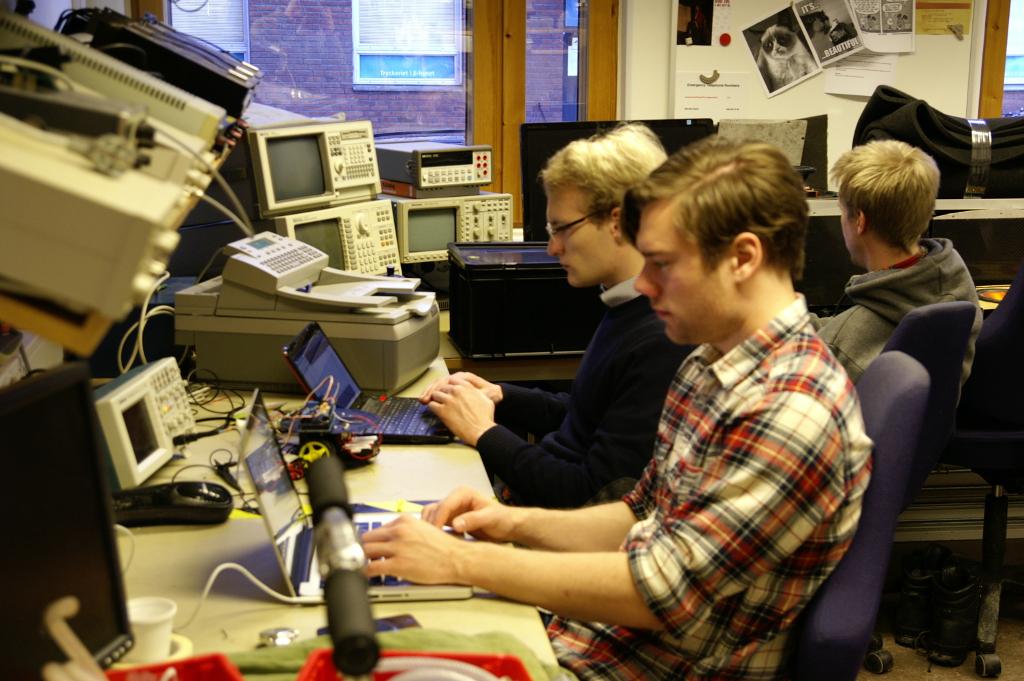 Vi bygger inte bara elektronik, utan skriver naturligtvis mycket kod.